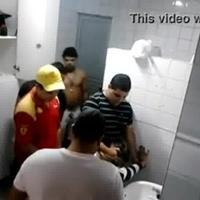 Loirinha safada liberou pra geral em um banheiro do posto de gasolina