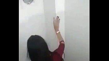 Flagrante novinha safadinha fodendo com o sortudo no banheiro da boate