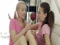 Novinhas amadoras lésbicas transando pela primeira fez com o pirulitos